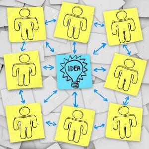 Un-grupo-de-brainstorms-juntos-a-pensar-en-la-idea-general-representado-en-notas-adhesivas--Foto-de-archivo
